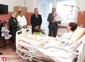 Radní Šimánek popřál prvnímu miminku nové Klatovské nemocnice