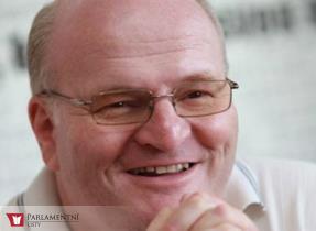 Ministr Herman udělil cenu Artis Bohemiae Amicis sbormistru Karlu Kosterovi